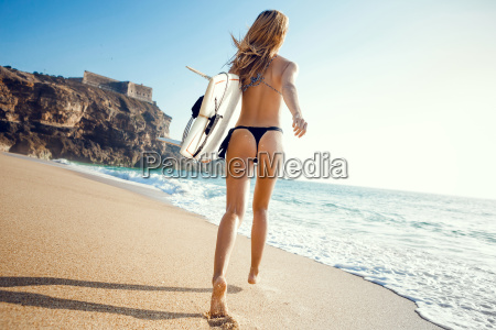 bella e sexy donna in spiaggia