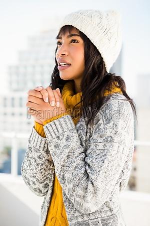 donna sorridente che indossa abiti invernali
