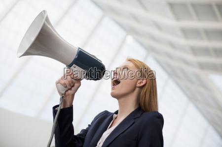 grida in carriera in megafono