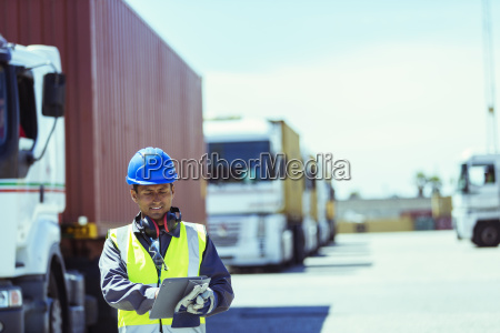 lavoratore che utilizza compressa digitale vicino