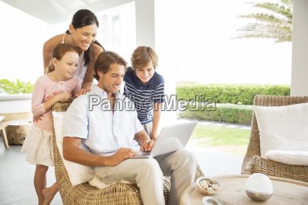famiglia che usa il laptop in