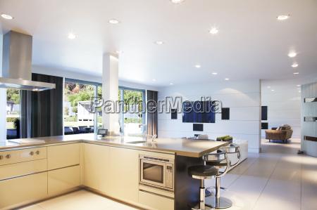 cucina e soggiorno in casa moderna