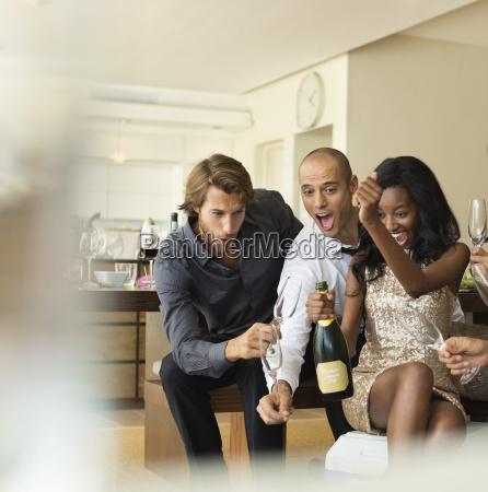 amici di apertura bottiglia di champagne