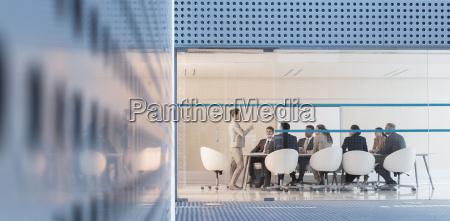 riunione imprenditrice leader nella moderna sala