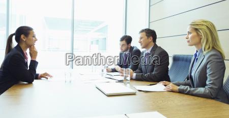 uomini daffari che parlano in riunione