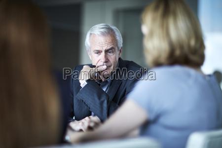 grave imprenditore senior guardando in basso