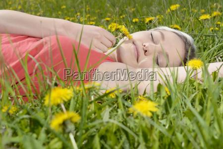 donna menzogna bugia sonno addormentato fiore