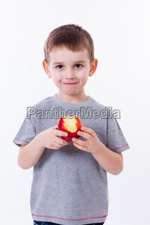 ragazzino con alimento isolato su priorita