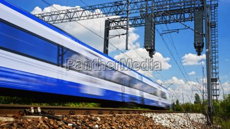 tren de pasajeros electrico moderno moviendose