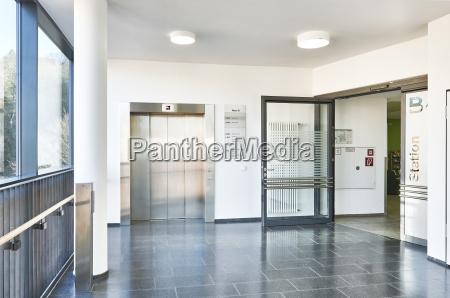 corridoio ospedale corridoio ascensore aperto