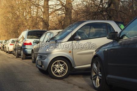 piccolo parcheggio auto lateralmente alle altre