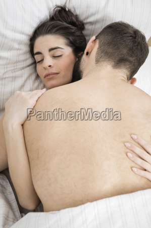 coppia fare sesso letto