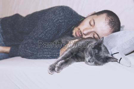 russo blu e proprietario che dormono