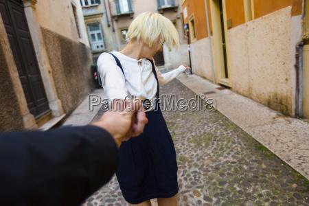 italia verona felice donna bionda tenendo