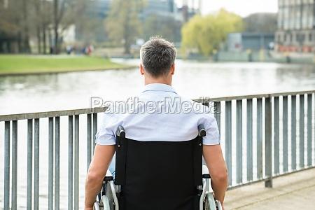 vista posteriore delluomo disabili su sedia