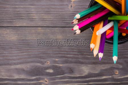 matite colorate in cestino nero ufficio