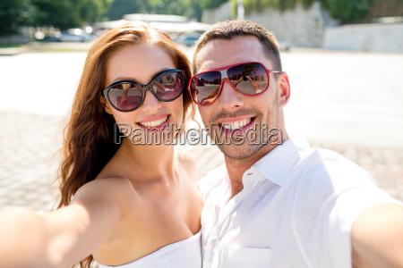 sorridente coppia che indossa occhiali da