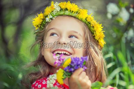 bambina nel parco primaverile