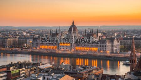 palazzo del parlamento ungherese allalba