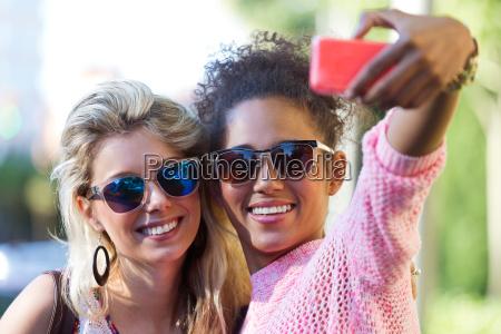 telefono risata sorrisi donna donne amicizia