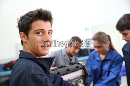 ritratto di studente in meccanica auto