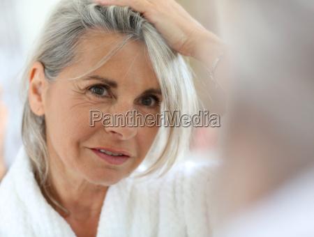 donna maggiore preoccupata dai capelli che