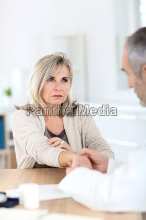 donna maggiore con il medico di