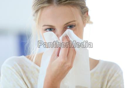 giovane donna con il freddo che