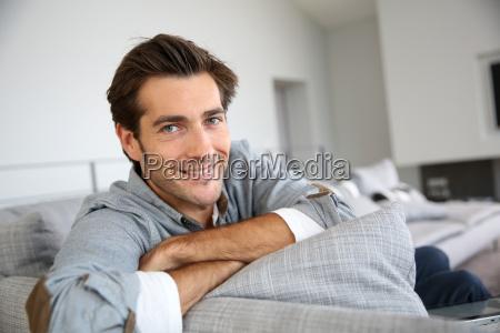 singolo uomo rilassante in divano a
