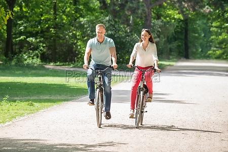 coppia in sella bicicletta