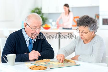 vecchia coppia che gioca un gioco