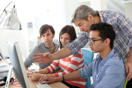 insegnante con gli studenti che lavorano
