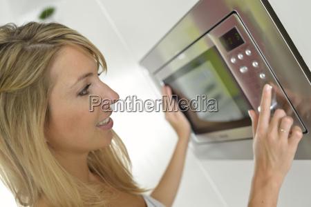 donna a casa con forno a