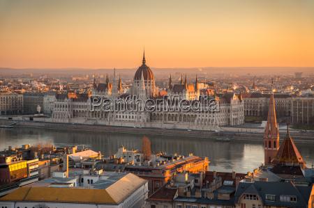 torre citta parlamento budapest danubio illuminato