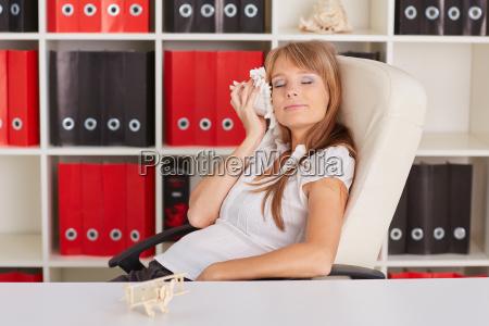 donna sedia poltrona ufficio carriera camicetta