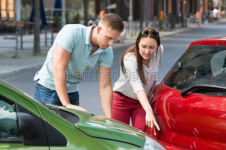 donna che mostra collisione di auto
