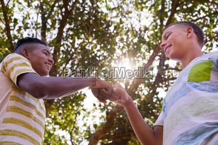 ragazzi africani e caucasici che uniscono