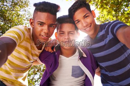 gruppo multietnico di adolescenti che abbraccia