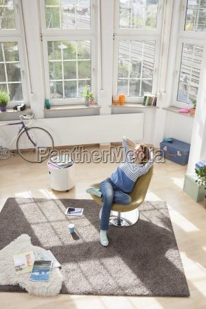 relaxed donna a casa seduto in