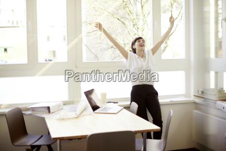 donna ridente facendo stretching esercizio nel