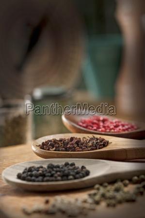 vari tipi di grani di pepe