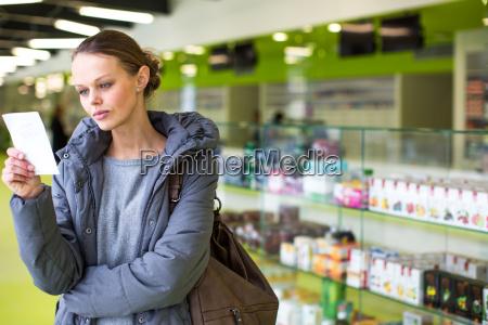 donna guardare osservare pillole giovani farmacia