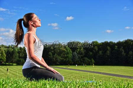 giovane donna durante la meditazione di