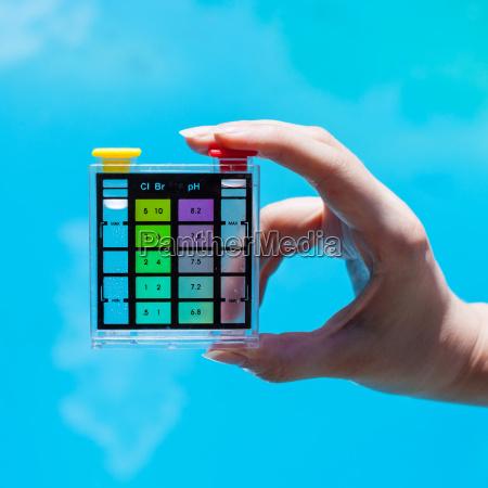 donna blu bicchiere mano dito esperimento