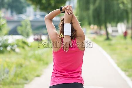 donna che fa esercizio mattutino