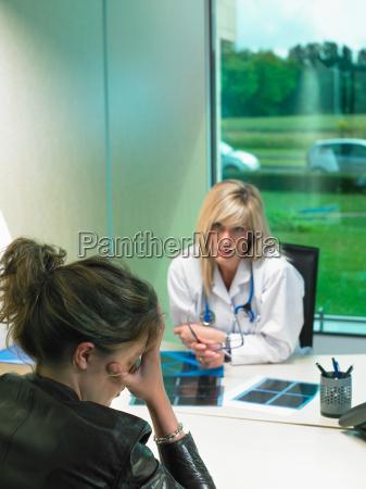 preoccupato femmina medico alla sua scrivania