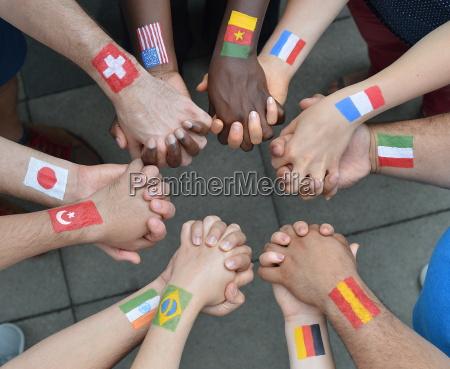 mano mani bandiera pace tenere bandiere