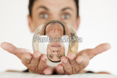 donna sfera di cristallo squilibrio ottica