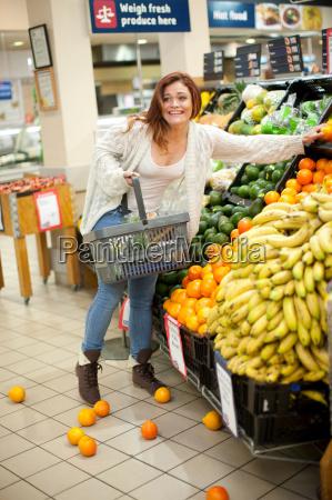 donna cardigan risata sorrisi cibo stile