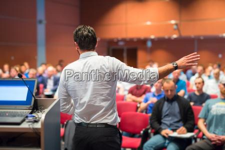 oratore pubblico che parla a business